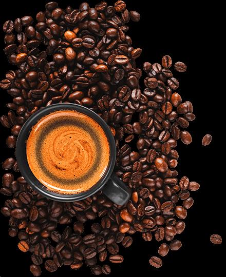 Fekete csészében gyönyörű kávéhabos kávé, ami szórt kávészem ágyon fekszik